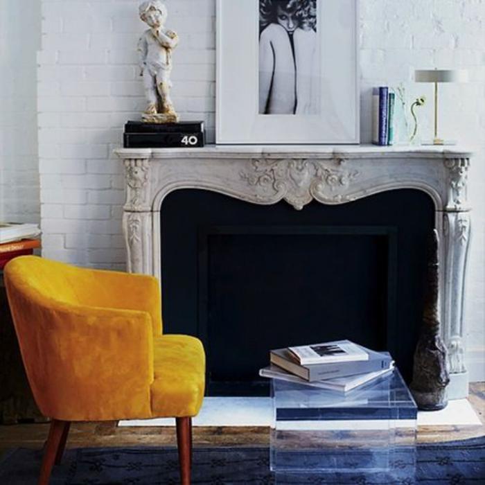 couleur-ocre-chaise-vintage-belle-cheminée-murale