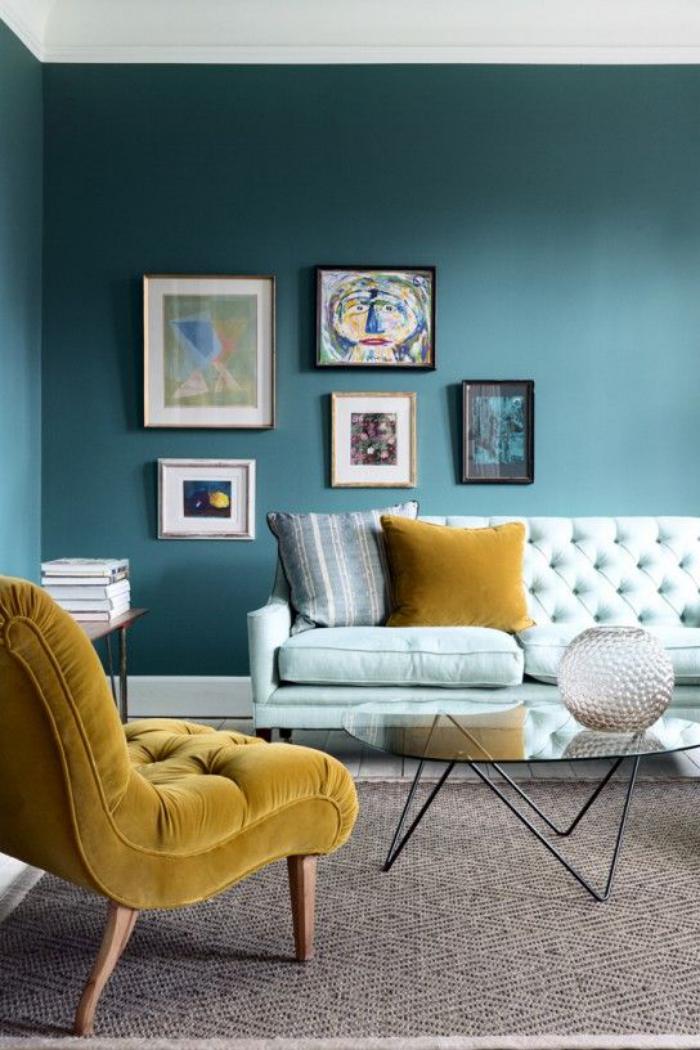 couleur-ocre-peinture-murale-bleue-et-fauteuil-moutarde