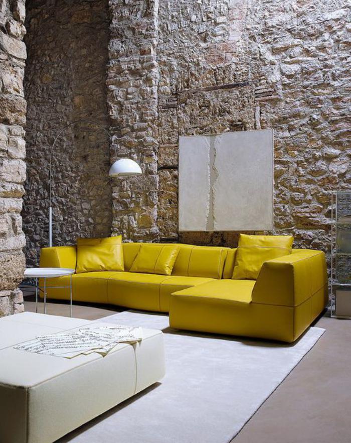 couleur-ocre-sofa-en-cuir-jaune-parement-mural-pierre-apparente