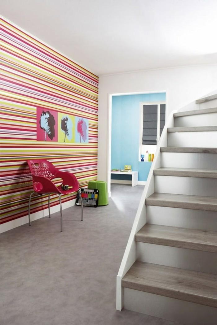 couloir-chic-avec-papier-peint-pour-coloir-coloré-idee-en-photos-chic-sol-en-lino-gris