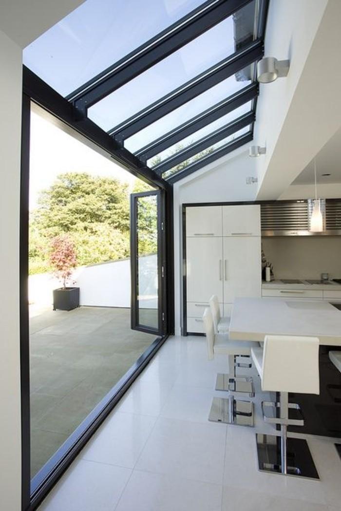 cuisine-avec-fenêtre-de-toit-velux-sol-en-carreaux-beiges-interieur-beige-taupe-cuisine