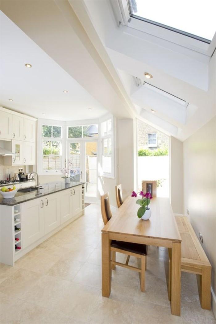cuisine-beige-carrelage-sur-le-sol-dans-la-salle-de-séjour-verrier-toit-velux