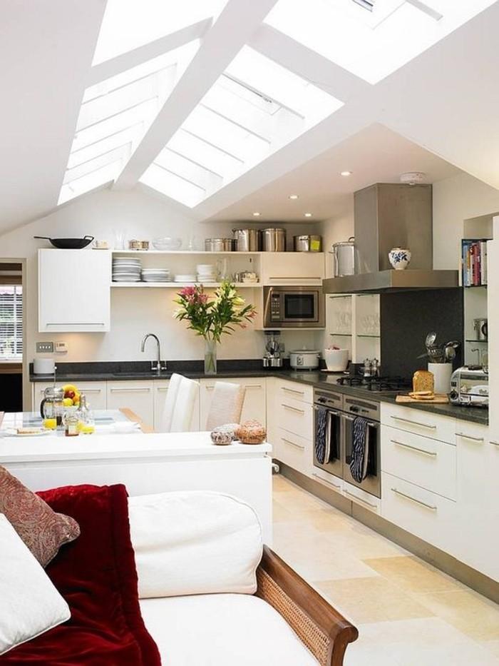 cuisine-blanche-verrier-toit-fenêtre-de-toit-velux-carrelage-beige-dans-la-cuisine