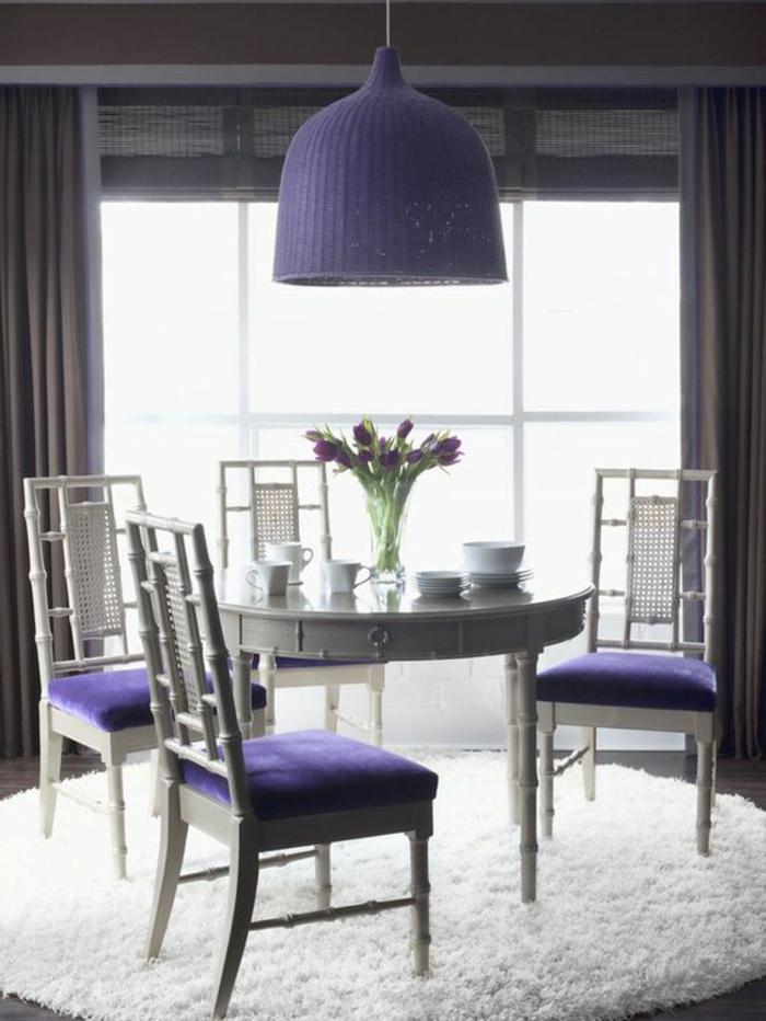 cuisine-grise-chaises-violettes-comment-associer-prune-couleur-dans-l-interieur