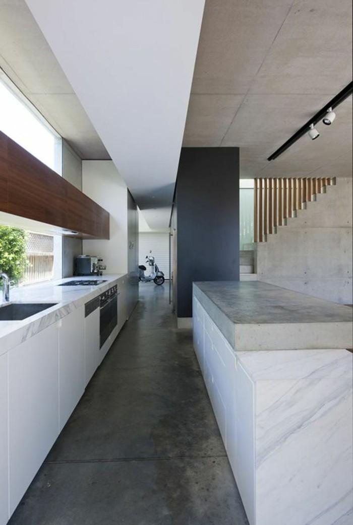 ... ilot de cuisine central, plan de travail béton ciré, carrelage gris