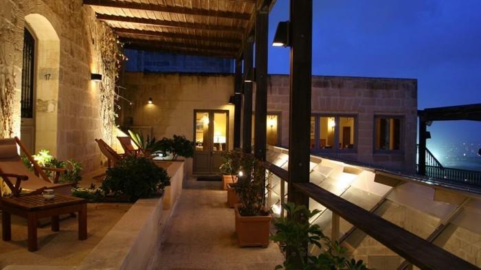 deco-exterieur-terrasse-idee-terasse-banc-balcon-belle-vue- meuble-balcon-nuit-au-bord-de-la-mer