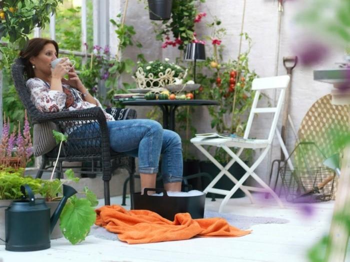 design-extérieur-décorer-sa-terrasse-aménager-un-petit-balcon-balcons-fleuris-femme-qui-bois-son-café