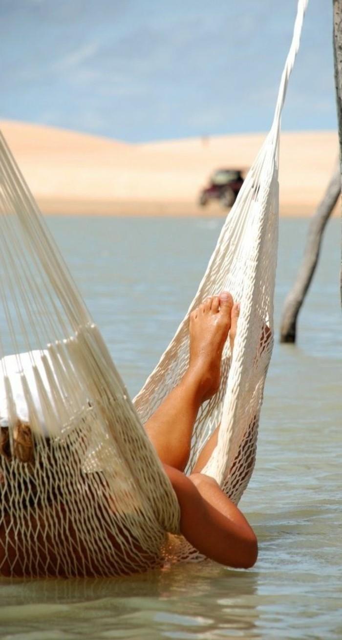 destination-de-reve-pas-cher-photo-plage-paradisiaque-hamac-dans-la-mer
