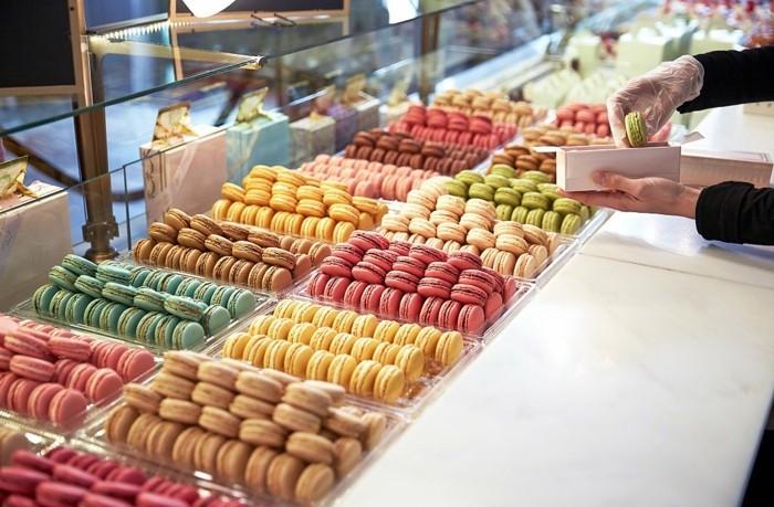 dragée-ladurée-idee-patisserie-macaron-chocolat-cadeau-universelle-vitrines