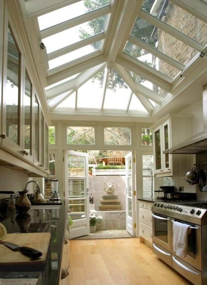 fenêtre-de-toit-velux-jolie-cuisine-chic-meubles-retro-chic-sol-en-planchers