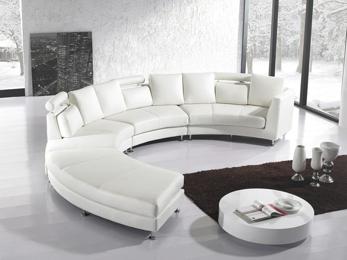 grand-canape-arrondi-cuir-tapis-marron-salon-chic-canape-arrondi-blanc