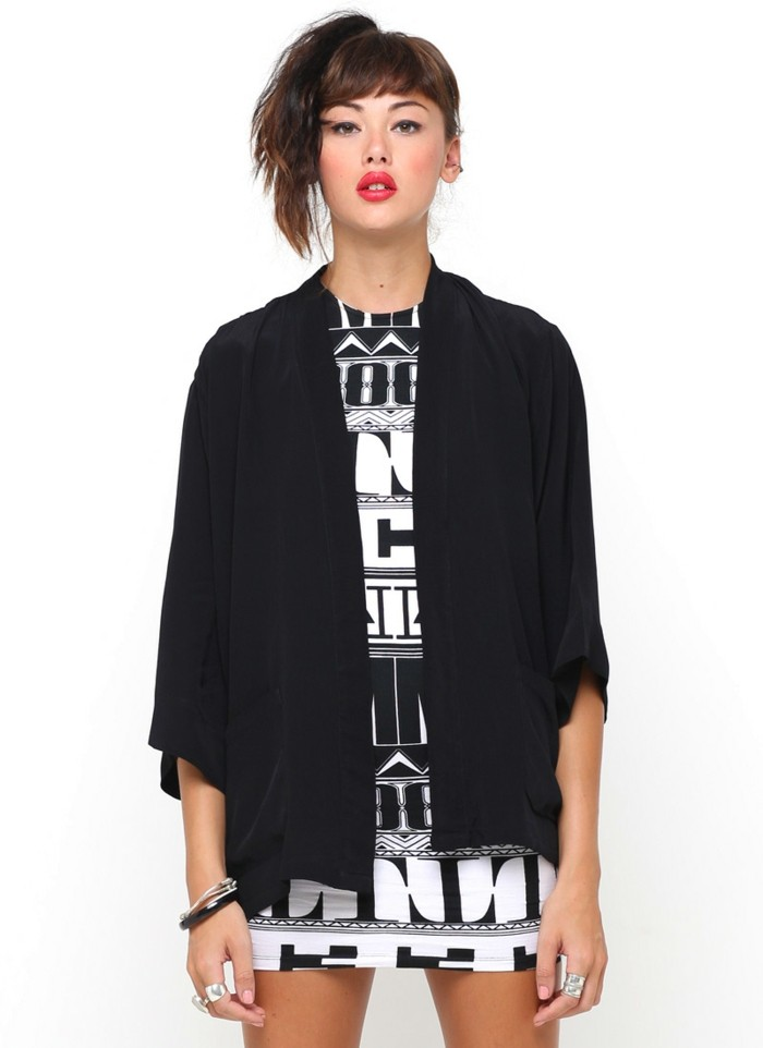 idée-veste-de-kimono-perfecto-femme-cool-idée-pour-s-habiller-bien-noir-et-blanc