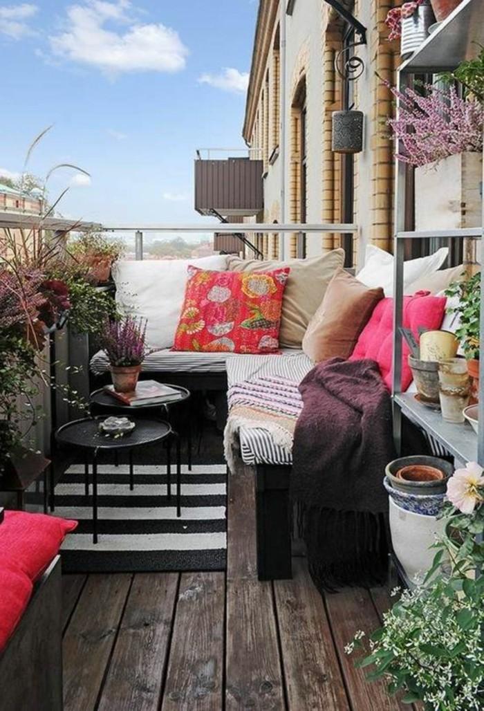 idee-deco-balcon-comment-fleurir-son-balcon-sol-en-planchers-en-bois-foncé