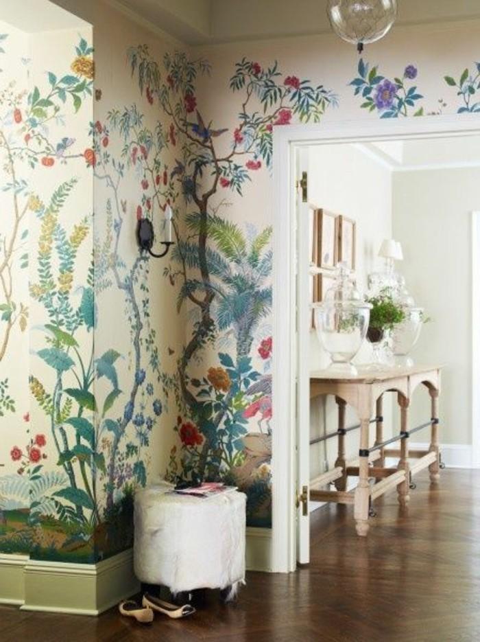 idee-deco-couloir-papier-peint-coloré-motifs-florals-parquet-clair-couloir-chic
