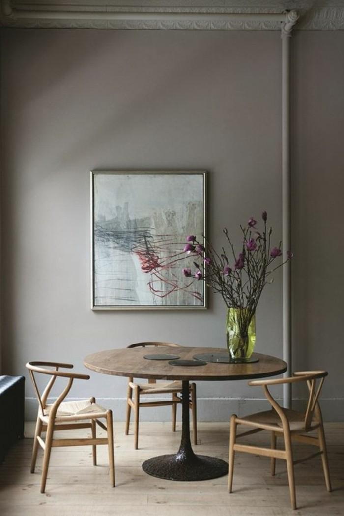 ikea-table-ronde-en-bois-foncé-chaises-en-bois-autour-de-la-table-en-bois-fleurs
