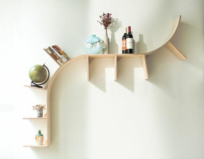 joli-étagère-design-en-bois-clair-étagère-murale-en-bois-clair-murs-beiges