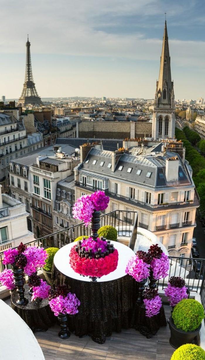 joli-balcon-avec-vue-vers-le-cite-fleurir-son-balcon-amenagement-balcon-une-jolie-vue-par-votre-balcon