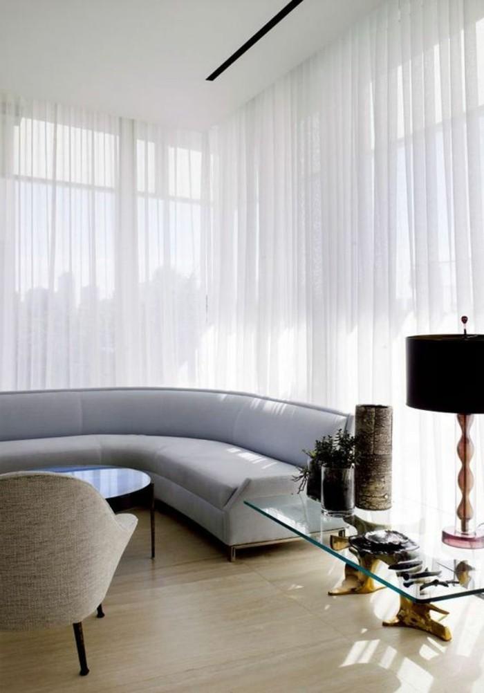 joli-canapé-d-angle-arrondi-gris-sol-en-parquet-clair-salon-moderne-lampe-de-salon