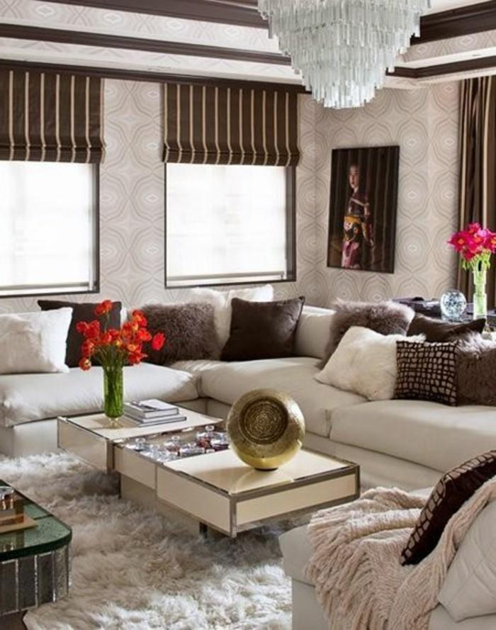 joli-canape-arrondi-beige-dans-le-salon-chic-baroque-interieur-taupe