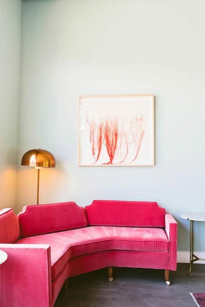 joli-canape-d-angle-arrondi-de-couleur-rose-sol-gris-murs-bleus-clairs