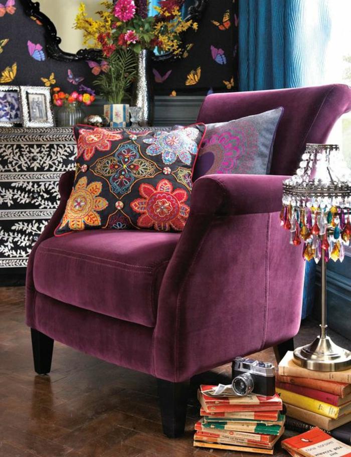 joli-canape-prune-couleur-fonce-sol-en-parquet-fonce-idee-deco-salon-moderne