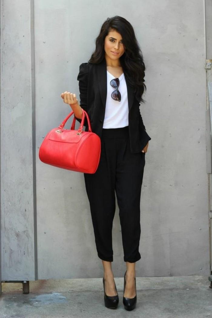 Comment porter le pantalon carotte nos conseils en photos for Quelle couleur porter avec du rouge