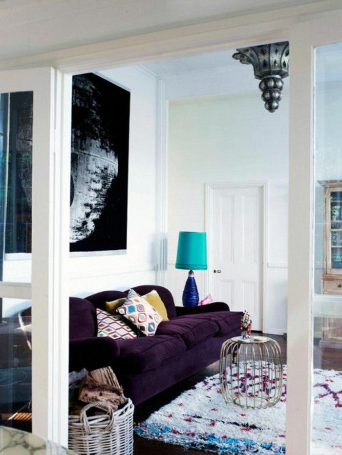 joli-salon-avec-nuancier-violet-canape-de-couleur-violet-fonce-tapis ...
