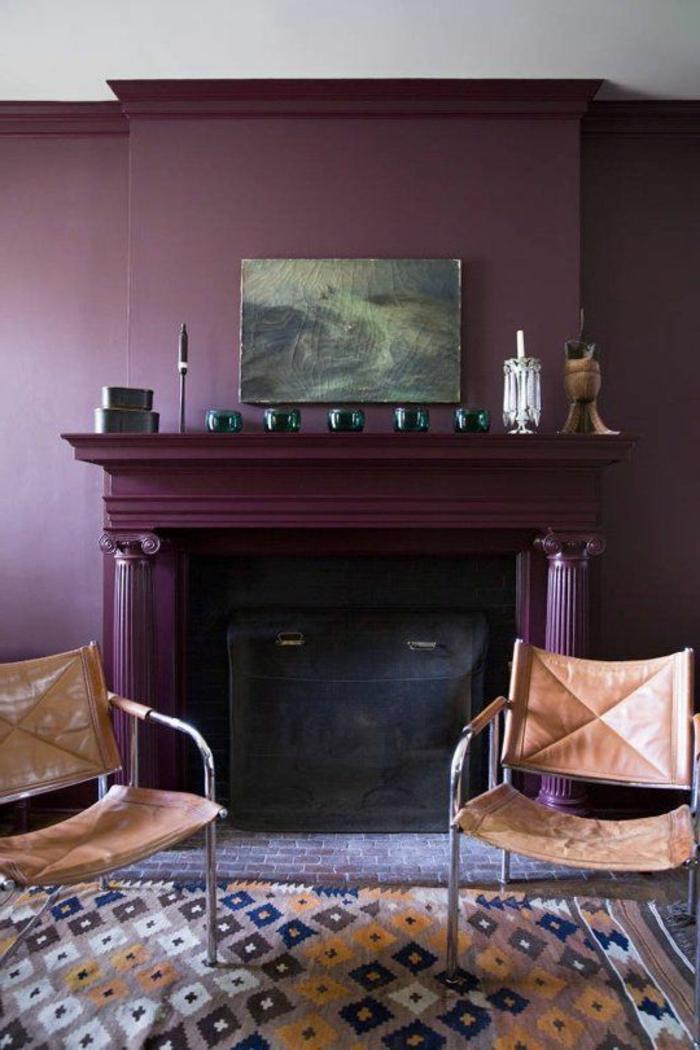 joli-salon-murs-couleur-prune-deco-interieur-meubles-salon-chaise-en-cuir