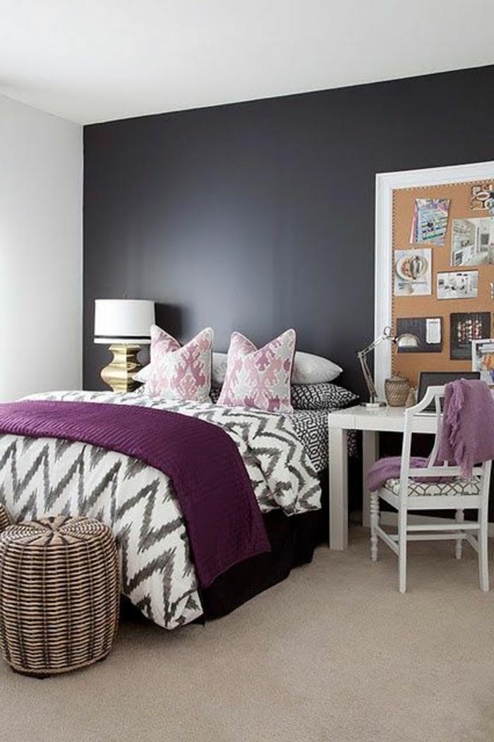jolie-chambre-a-coucher-avec-couverture-de-lit-nuancier-violet-idee-deco