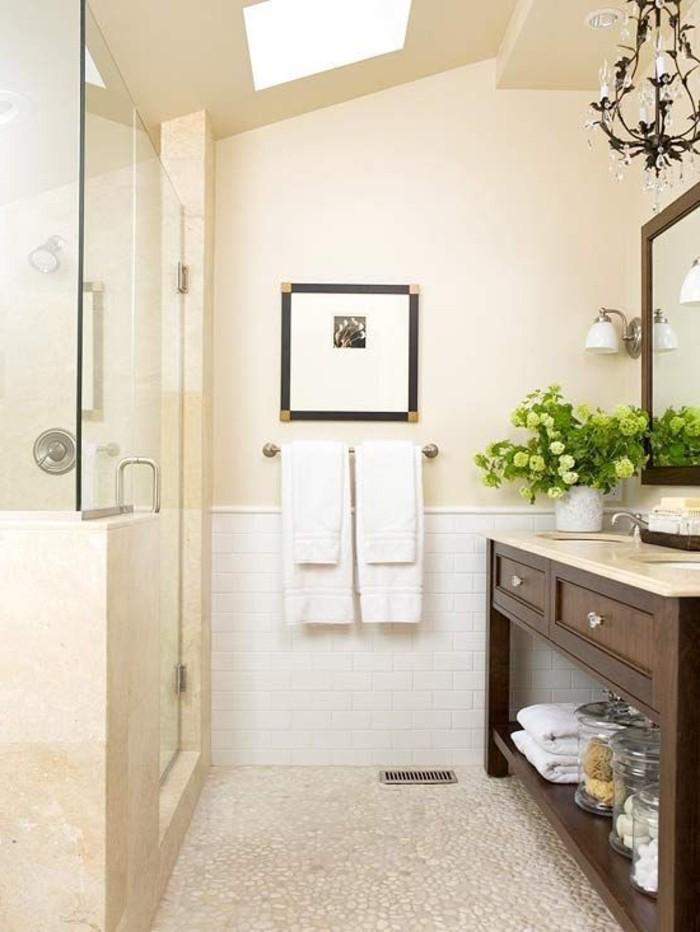 jolie-salle-de-bain-douche-italienne-galet-beige-lustre-baroque-fer-pour-la-salle-de-bain