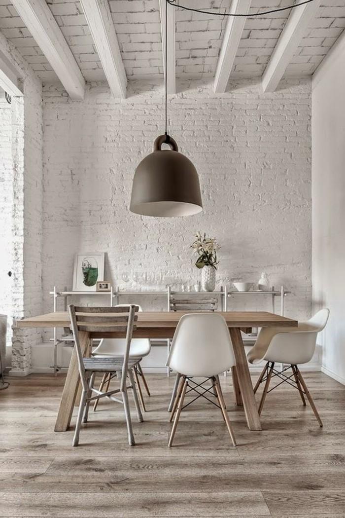 jolie-table-à-manger-design-en-bois-chaises-en-plastique-beige-autour-de-la-table