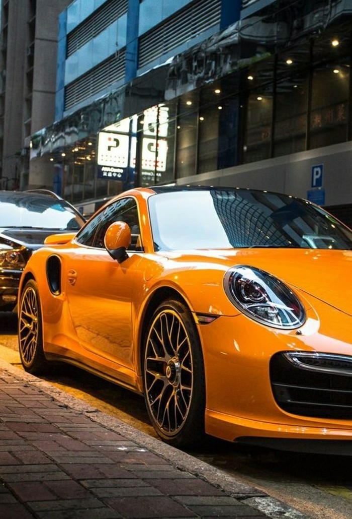 jolie-voiture-de-collection-porsche-de-couleur-jaune-voitures-de-collection