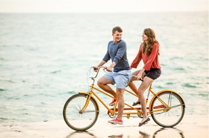 la-belle-couple-magnifique-velo-de-ville-femme-style-50-s-rétro-beau