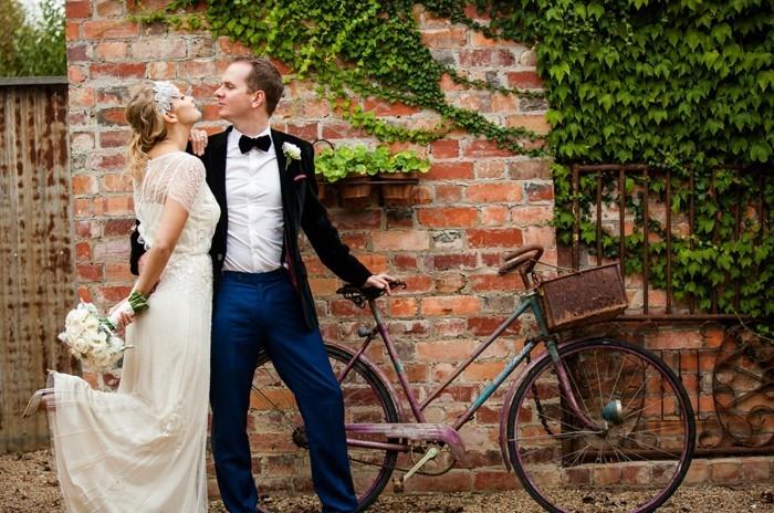 la-couple-mariée-cool-idée-quel-vélo-rétro-choisir-pour-avoir-de-style-sur-la-route