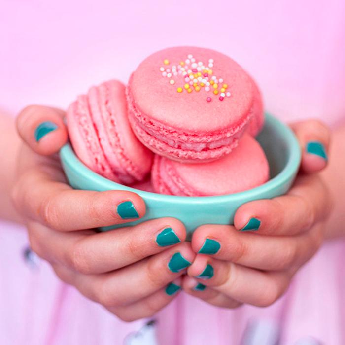 ladurée-champs-elysées-ladure-idée-cadeau-macarons-luxueuse-boite-le-macaron-rose-framboise-macarons