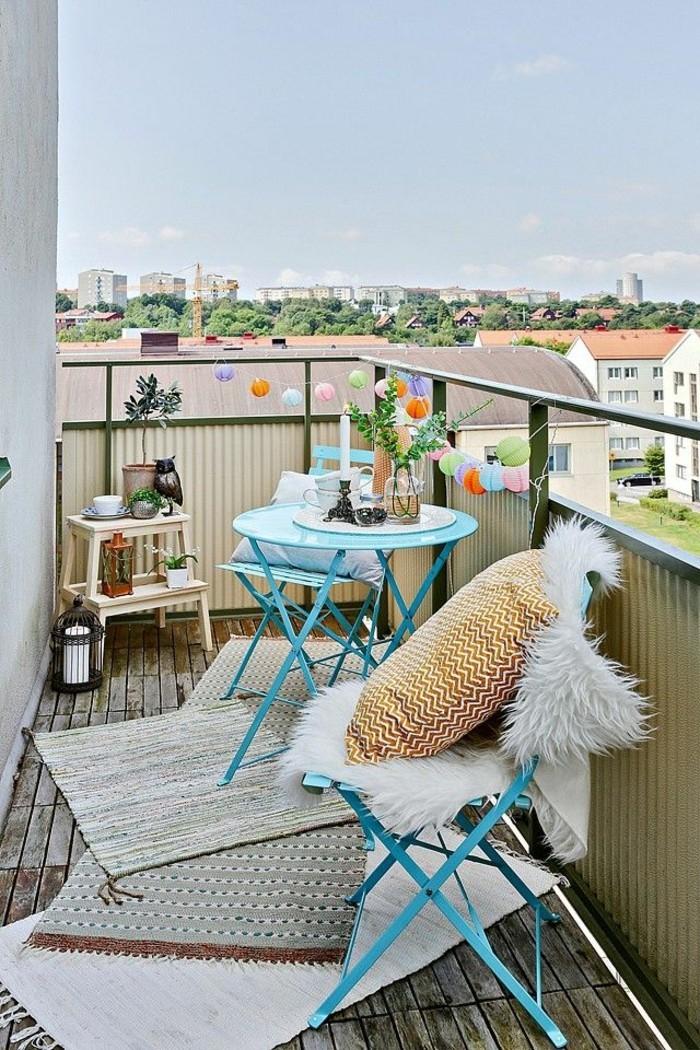 le-revetement-balcon-amenagement-balcon-deco-balcon- amenager-terrasse-les-chaises-en-bleu
