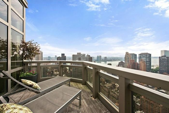 le-revetement-balcon-amenagement-balcon-deco-balcon- amenager-terrasse-vue-magnifique-chaises-longues