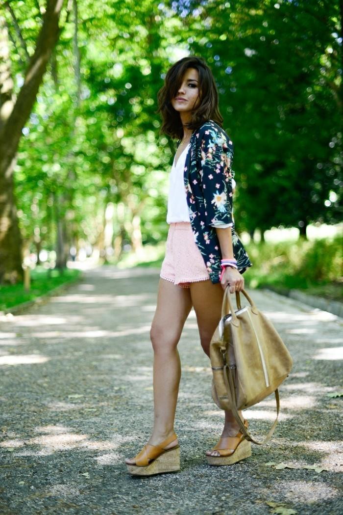 look-rock-femme-vetement-boheme-style-boheme-mode-année-70-une-alee-dans-le-parc