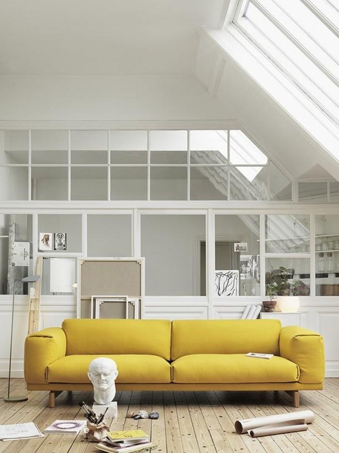 magnifique-canape-jaune-pour-le-salon-assortir-les-couleurs-d-intérieur-sol-en-planchers