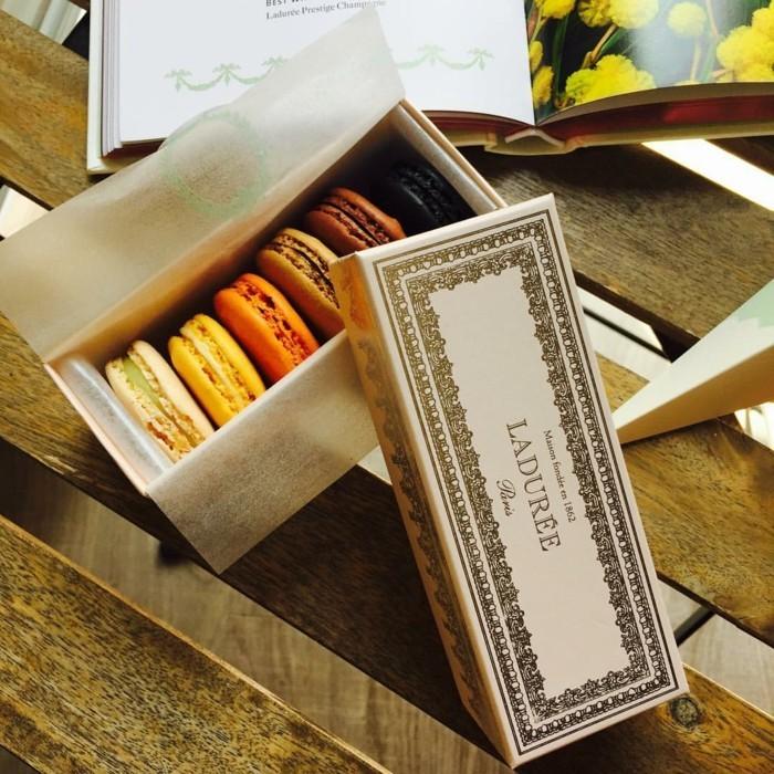 magnifique-ladurée-macaroons-originale-idée-pour-le-cadeau-de-saint-valentin-une-idee-doree