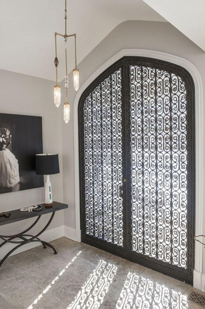 luminaire entree maison un long couloir tout blanc rythm par de beaux luminaires conseils en. Black Bedroom Furniture Sets. Home Design Ideas