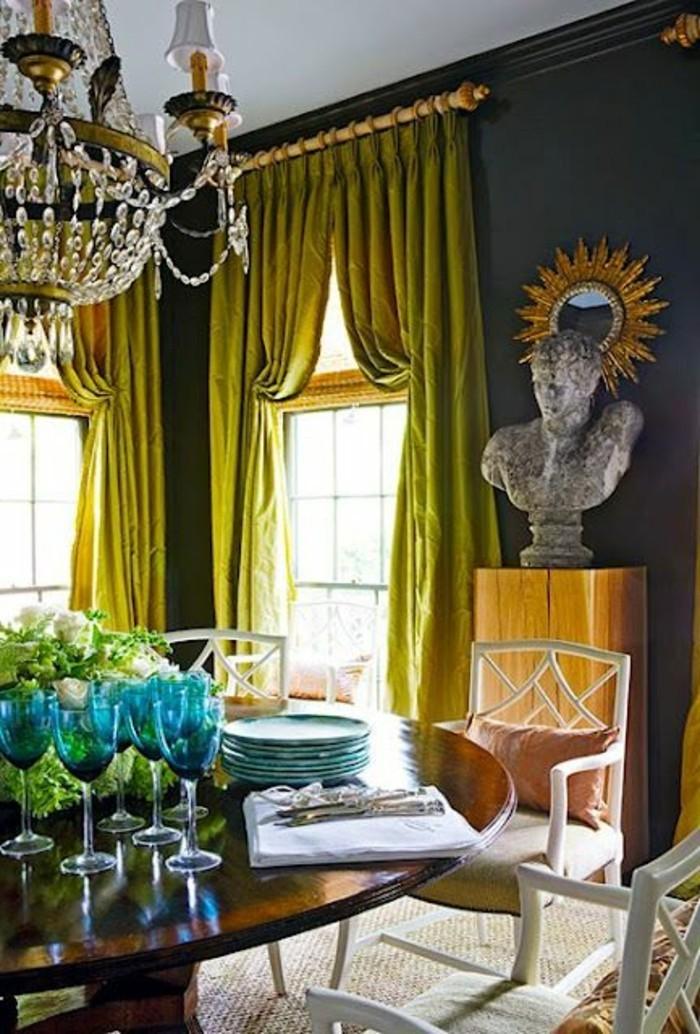 magnifique-salle-de-sejour-rideuax-jaunes-grandes-fenetres-chaises-autour-de-la-table