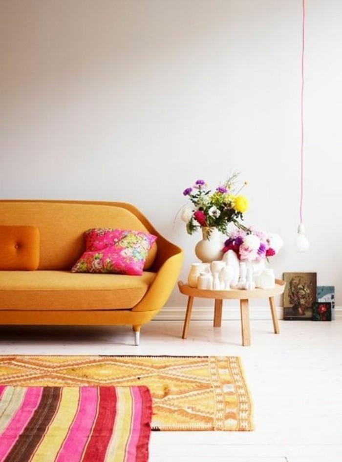 magnifique-salon-avec-beaucoup-de-couleurs-orange-fleurs-canpé-orange-murs-beiges