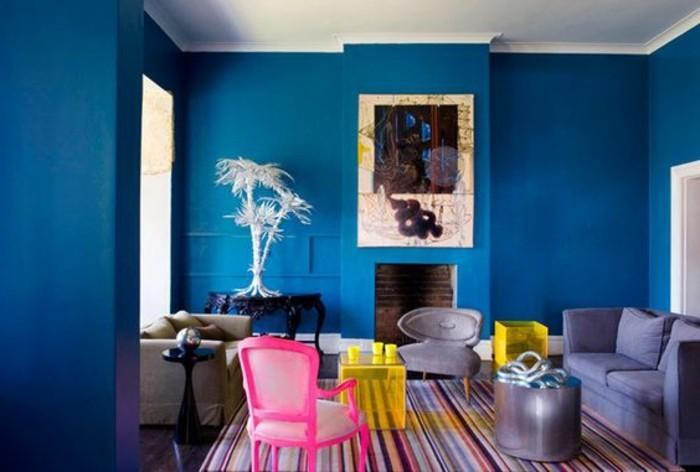 magnifique-salon-coloré-murs-bleus-tapis-coloré-chaises-colorés-assortir-les-couleurs-d-intérieur-dans-le-salon