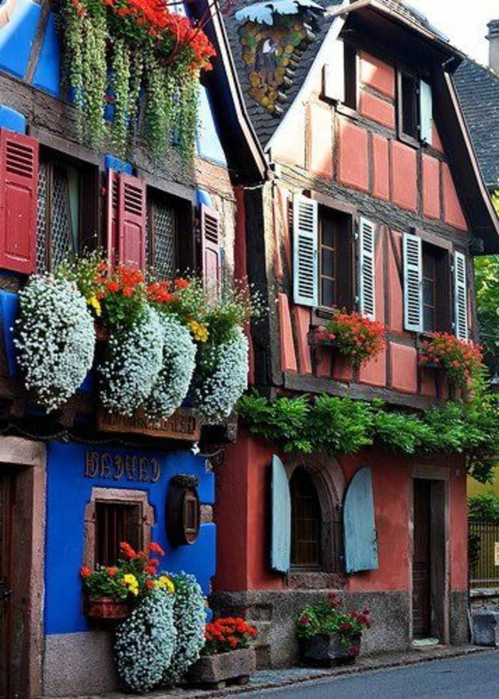 maisons-colores-avec-beaucoup-de-fleurs-d-exterieur-idee-deco-balcon-amenagement-balcon