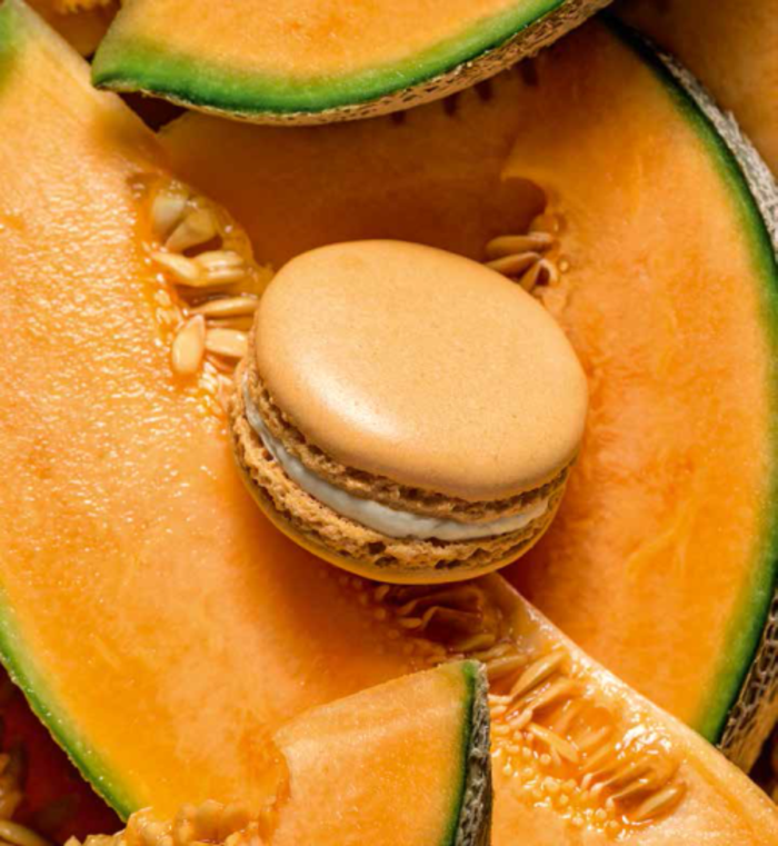 manger-bouger-macaron-ladure-artisan-patissier-cadeau-st-valentin-femme-en-orange-macaron-watermelon