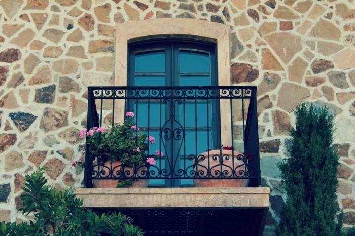 merveilleuse-decorer-un-balcon-aménagement-de-balcon-cool-idées-aménager-une-façade-italienne