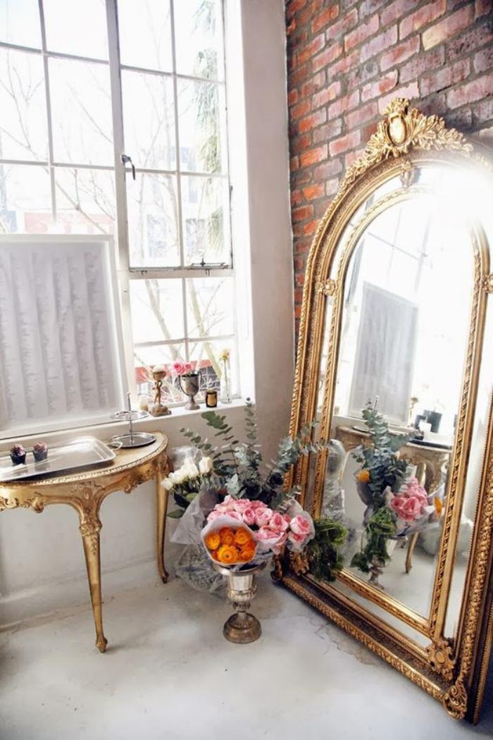 miroir-doré-mur-en-briques-rouges