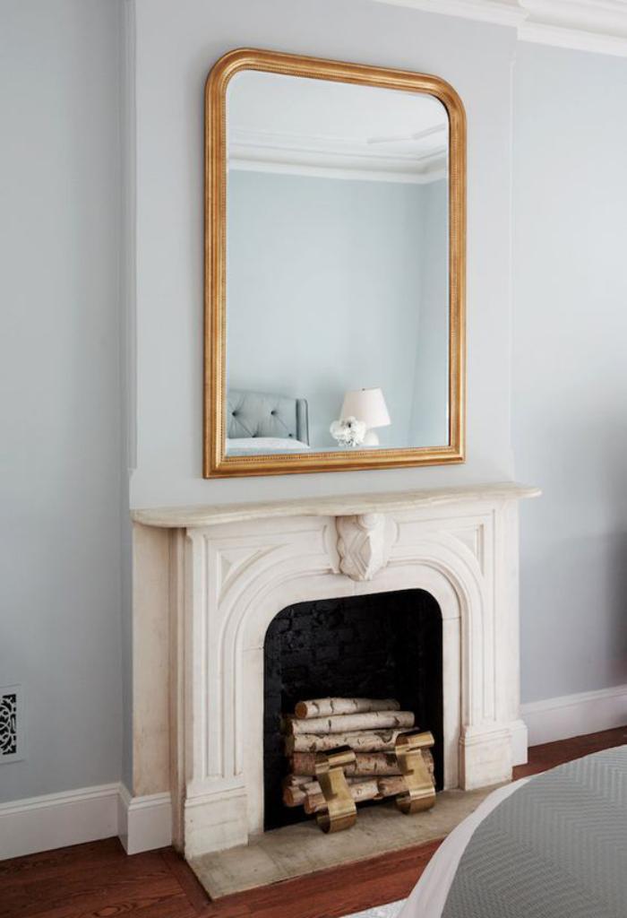 miroir-doré-au-desus-d'une-cheminée-décorative