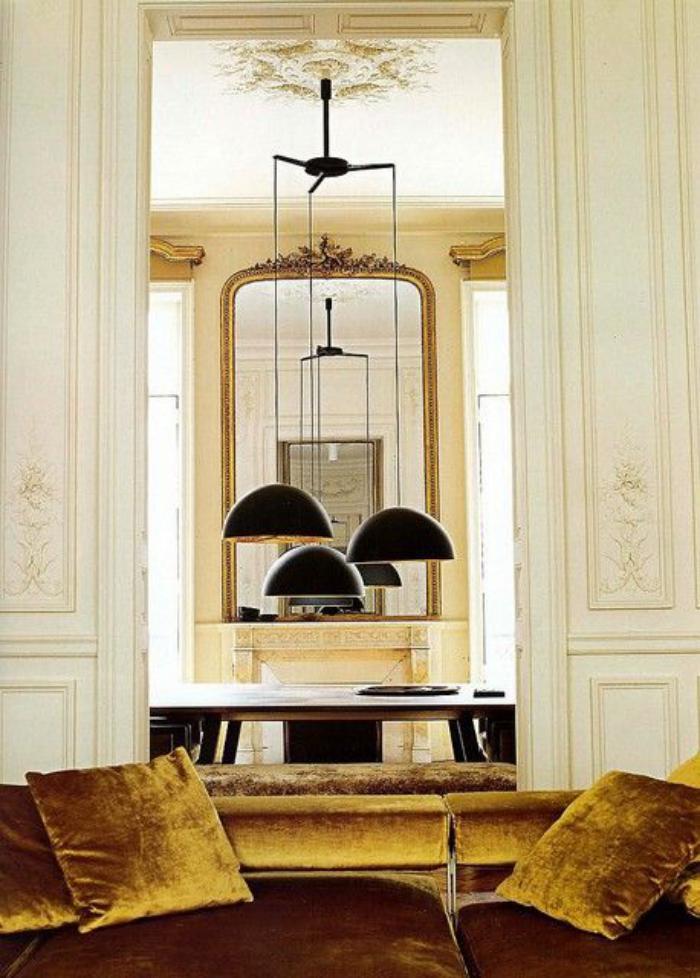 miroir-doré-coussins-en-couleur-ocre